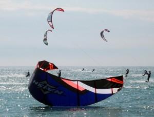 El kite-surf una disciplina acuática ideal para las playas largas y ventosas de la costa de Montpellier y Nimes.
