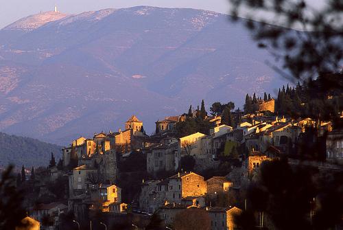 La ciudad provenzal de Vaison la Romaine situada en una colina, con el Mont Ventoux al fondo. Foto de manon en provence, Flickr.