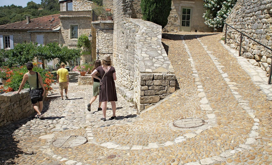 Por las callejuelas adoquinadas de la Roque sur Ceze. Foto de  Bennett V.