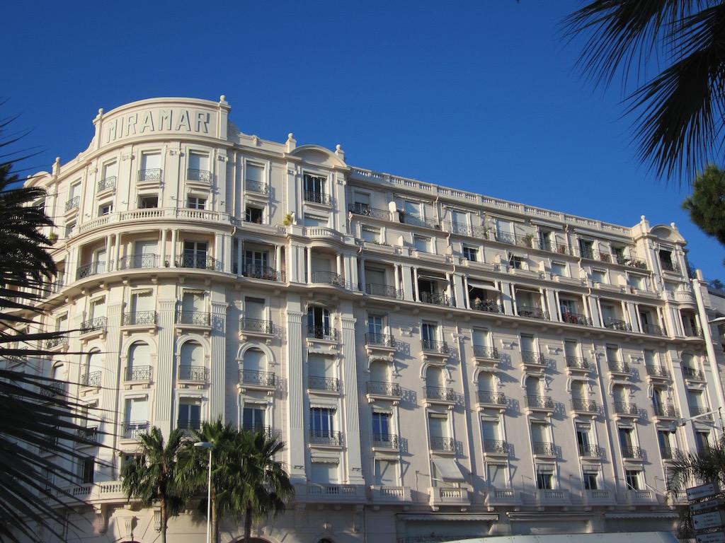 Los espléndidos hoteles que pueden ver a lo largo del paseo marítimo de la Croisette en Cannes. © María Calvo.