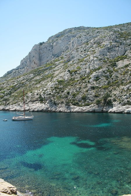 Alquilen un barco para recorrer las Calanques de Marsella